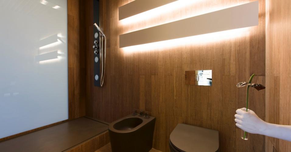 No banheiro do ambiente Hotel Black, assinado por Guilherme Torres, o vidro do box, acionado por controle remoto, pode ficar transparente ou completamente fosco para maior privacidade do usuário. A 3ª Mostra Black fica aberta à visitação até dia 9 de julho de 2013, nos cinco últimos andares da torre anexa ao shopping JK Iguatemi, em São Paulo