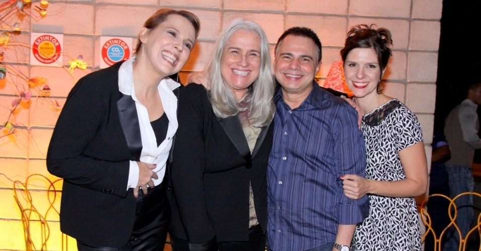 """4.jun.2013 - Ana Beatriz Nogueira, Vera Holtz, Ricardo Linhares e Georgiana Góes sorriem na apresentação de """"Saramandaia"""""""