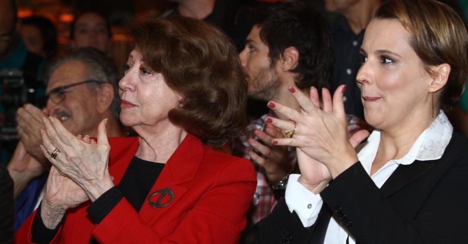 4.jun.2013 - Ao lado de Fernanda Montenegro, Ana Beatriz Nogueira aplaude a apresentação do remake