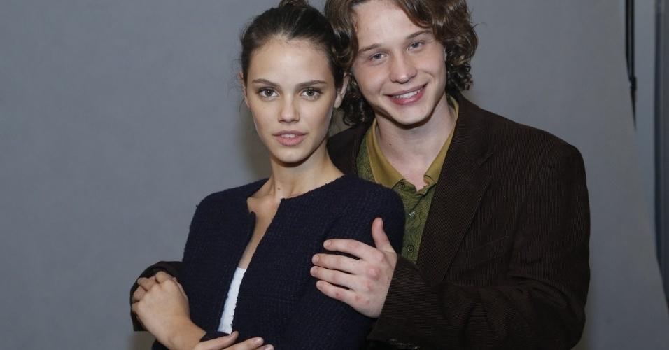 4.jun.2013 - Os atores Laura Neiva e Pedro Tergolina se abraçam na sessão de fotos.