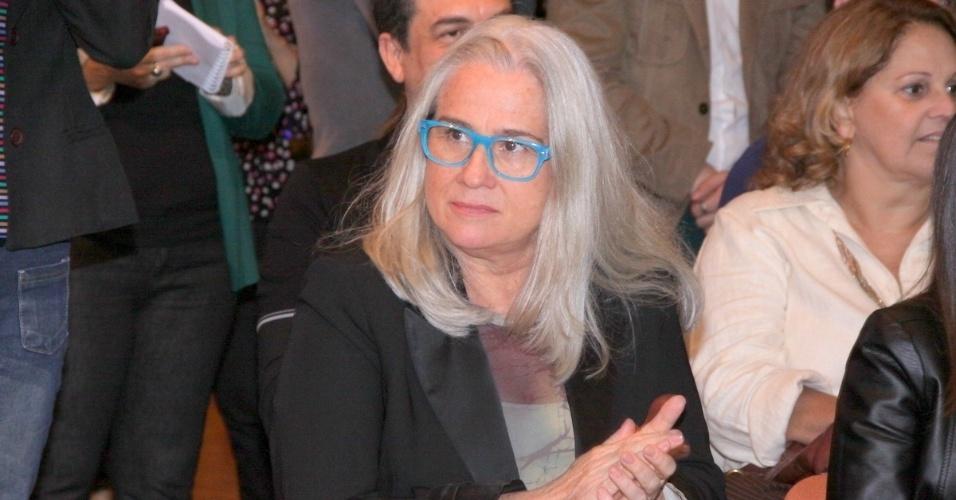 """4.jun.2013 - Vera Holtz, que viverá a Dona Redonda de """"Saramandaia"""", aplaude a apresentação da novela"""
