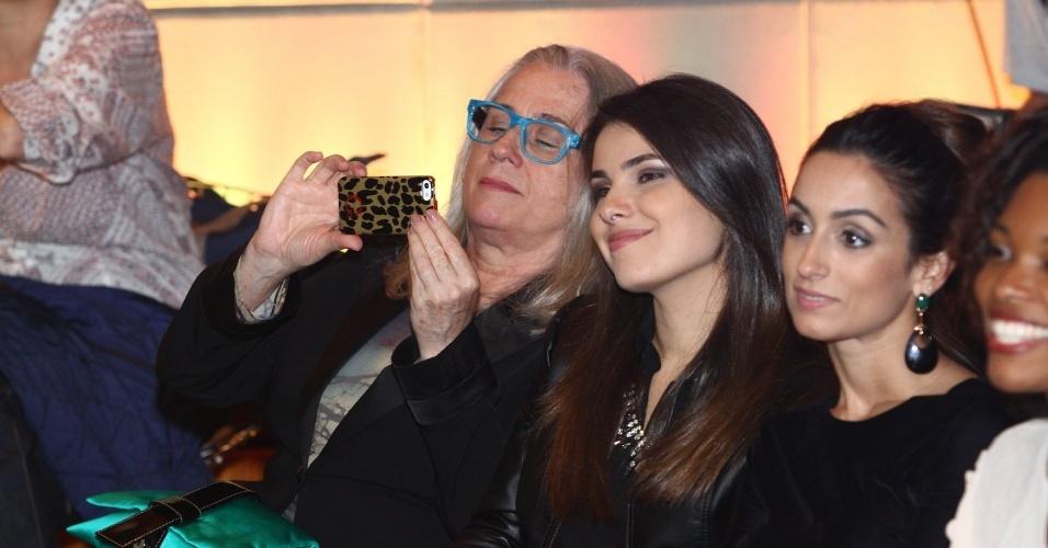 """4.jun.2013 - Vera Holtz, que viverá a Dona Redonda de """"Saramandaia"""", tira fotos na apresentação da novela"""