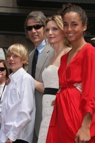 A atriz Michelle Pfeiffer adotou Claudia Rose (em vermelho) em 1993, ano em que se casou com David E. Kelley, produtor da série