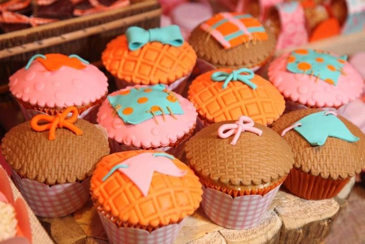 A cobertura em fondant (pasta americana) dos cupcakes confecionados por Lis Fonseca (www.lisfonseca.com.br) lembram tramas de cestaria. O doces estão envoltos em papéis xadrez que seguem as cores da festa
