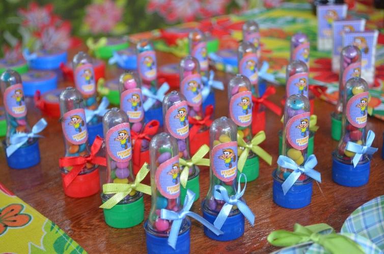 A imagem de Chico Bento enfeita quase todos os itens da festa, como as embalagens das pastilhas de chocolate, que exibem ainda o nome de Pedrinho, o aniversariante