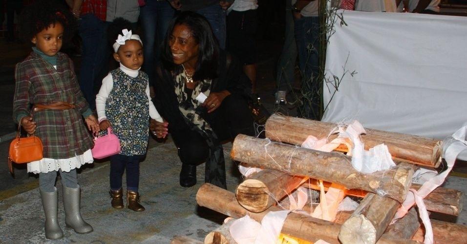 A jornalista Gloria Maria adotou em maio de 2009 as pequenas Maria e Laura, na Bahia