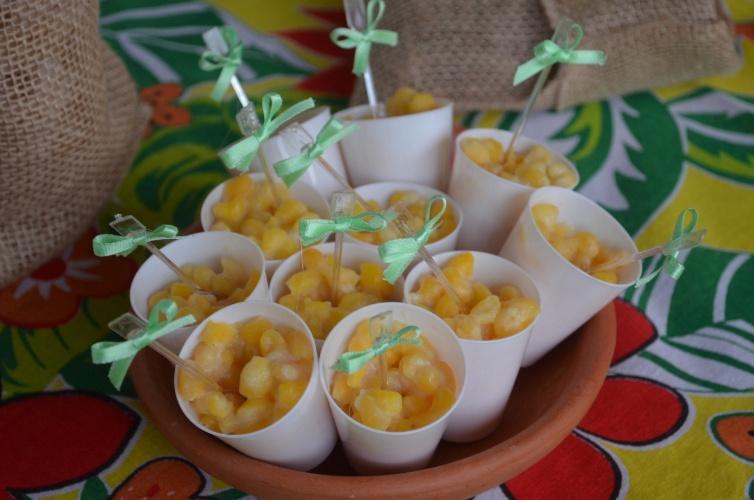 Além de paçoca, amendoim e cocada, o cardápio da festa de Pedrinho incluía o munguzá, iguaria feita de grãos de milho que é típica da culinária nordestina. (www.personalizandofesta.com.br)