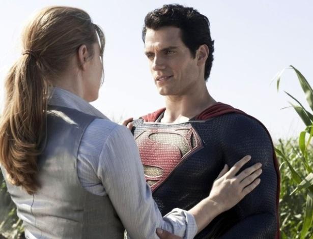 """Amy Adams e Henry Cavell no papel de Lois Lane e Super-Homem. """"Ela definitivamente é uma figura e se envolve em muitos problemas"""", disse a atriz sobre sua personagem"""