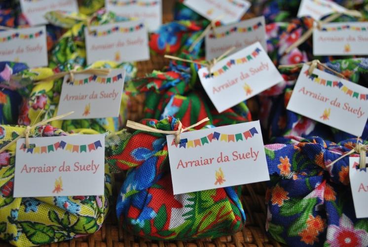 Com estampas chamativas e coloridas, as chitas embalam os brownies no aniversário de Suely, idealizado e produzido por Luciana Veras (www.giveagift.com.br)