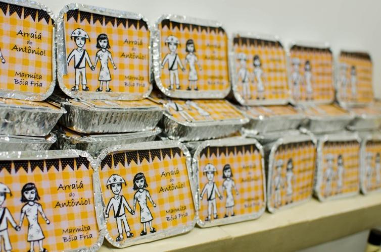Como lembrancinhas para as crianças convidadas, Laiz (www.diasdemamis.com.br) preparou marmitinhas juninas, com doces e salgados típicos