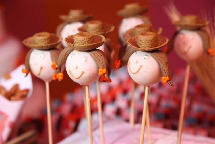 Criados por Lis Fonseca (www.lisfonseca.com.br), os bolinhos de chocolate ou cake pops assumem a forma divertida de cabeças de meninas caipiras