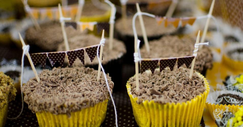 cupcakes enfeitados com bandeirinhas