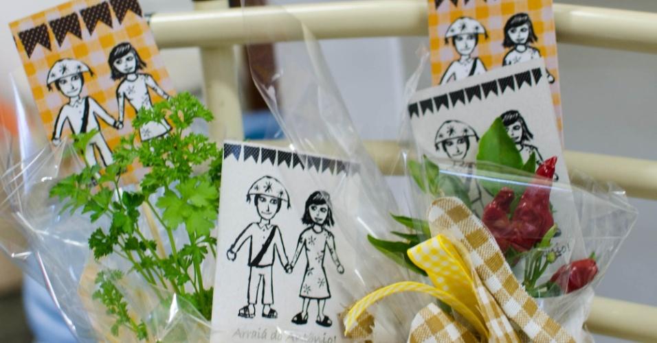 Dispostas em chapéus de palha, ervas aromáticas envoltas em tecidos e papel celofane serviram como lembranças para os adultos no Arraial do Antônio. (www.diasdemamis.com.br)