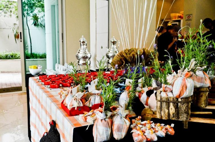 Flores de papel crepom e ervas aromáticas ensacadas em tecido xadrez deram um ar sofisticado à festa de Enrico, inspirada no tema ?fazendinha?. (www.leticiaalencar.com.br)