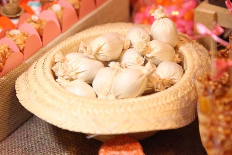 O chapéu de palha decora e ainda serve como bandeja para os doces de leite embalados em palha. A ideia é da confeiteira Lis Fonseca (www.lisfonseca.com.br)