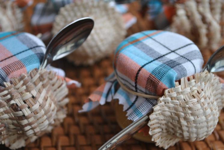 O tecido de algodão xadrez reveste a tampa do potinho de brigadeiro, que ainda vem com colher e chapeuzinho de palha. Ideia e produção de Luciana Veras (www.giveagift.com.br) para o aniversário de Suely
