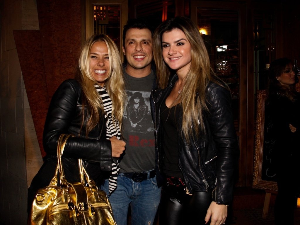 4.jun.2013 - Adriane Galisteu, Ceará e Mirella Santos vão ao aniversário do cabeleireiro e maquiador Thiago Fortes em restaurante no bairro dos Jardins, em São Paulo