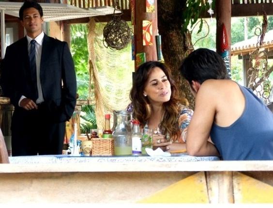 """Em """"Flor do Caribe"""", Hélio acusa Juliano de dar golpe da barriga """"ao contrário"""""""