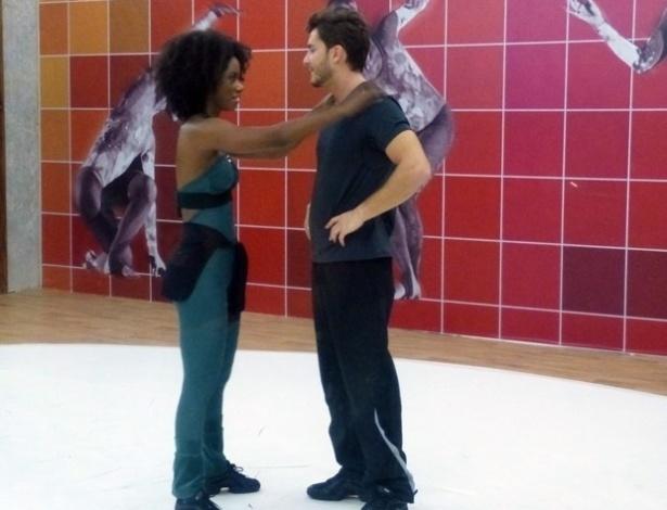 """06.Jun.2013 -  O ator brincou com o humor da bailarina. """"Minha professora está séria hoje!"""""""