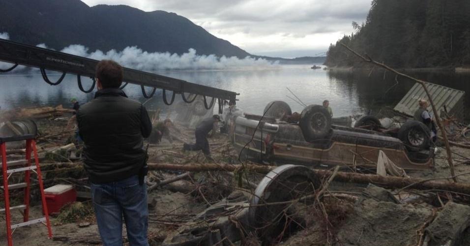 """25.abr.2013 - A produtora Legendary Pictures tem revelado os bastidores das filmagens de """"Godzilla"""" no Canadá em sua página no Facebook. A primeira imagem divulgada mostra um """"caminho de destruição"""", provavelmente deixado pelo monstro"""