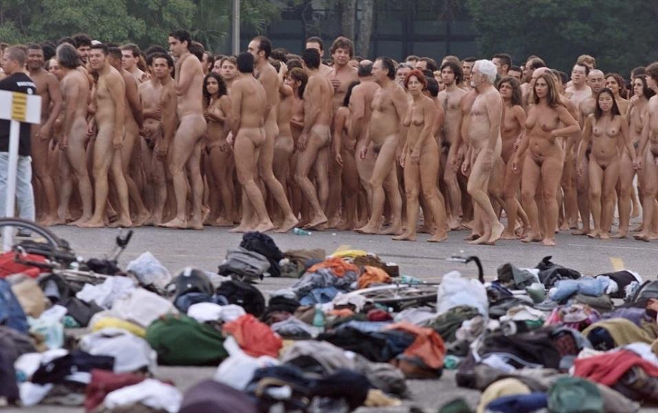 """27.abril.2002 - No Brasil, cerca de 1.100 pessoas posam nuas no ensaio fotográfico """"Nude Adrift"""", realizado no Parque Ibirapuera como parte da programação da Bienal de Arte de São Paulo"""