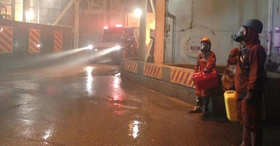 """30.abr.2013 - A segunda imagem divulgada pela Legendary Pictures do set de """"Godzilla"""" mostra uma espécie de fábrica com operários usando trajes anti-contaminação"""