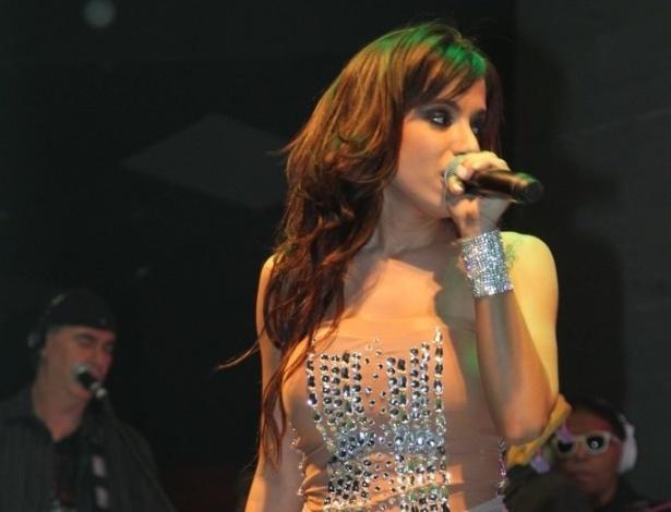 """5.jun.2013 - Anitta faz show em São Paulo, no Villa Mix. Batizada como Larissa de Macedo Machado, de 20 anos, Anitta escolheu o nome artístico inspirada  na adolescente sedutora da minissérie """"Presença de Anita"""", exibida na Globo em 2001"""