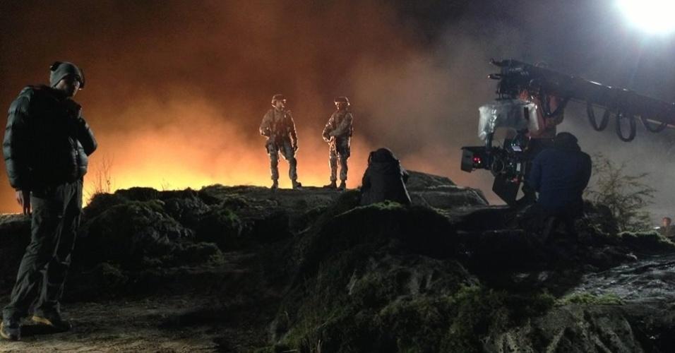 """6.jun.2013 - A imagem mais recente divulgada pela produtora de """"Godzilla"""" mostra militares em algum tipo de locação exótica"""