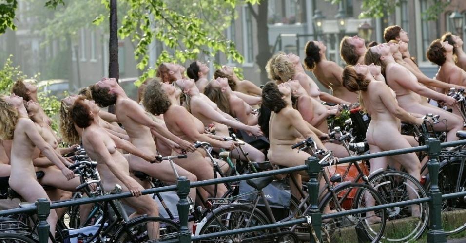 3.junho.2007 - Cerca de dois mil holandeses posam em bicicletas na cidade de Amsterdam