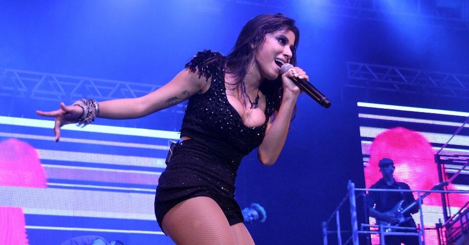 """6.jun.2013 - Anitta faz show na casa noturna Barra Music, localizada na zona oeste do Rio de Janeiro. No show, a cantora abusa das coreografias e do rebolado, acompanhada por 20 bailarinos. No repertório, covers de outros artistas e seu maior sucesso, """"Show das Poderosas"""""""