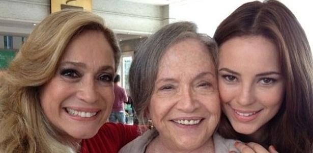 6.jun.2013 - Susana Vieira, Nathália Timberg e Paolla Oliveira posam juntas nos bastidores de