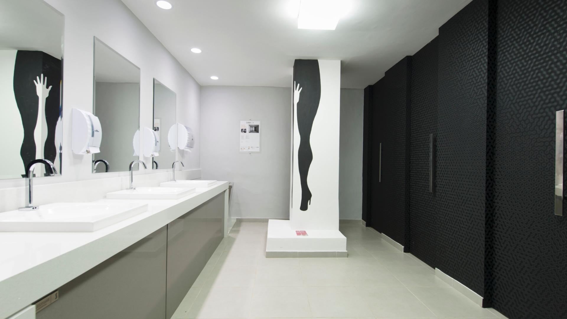 acessorios e o grafite em preto e branco na coluna marcam o banheiro #745F57 1920 1080