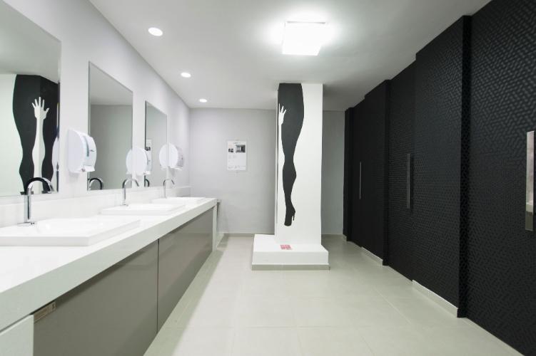 A simplicidade nos acessórios e o grafite em preto e branco, na coluna, marcam o Banheiro Feminino, das arquitetas Sabrina Gikovate e Thais Reyes. A 27ª Casa Cor SP segue até dia 21 de julho de 2013, no Jockey Club de São Paulo