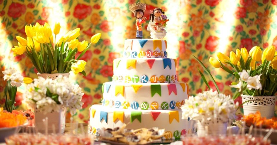 Decoração do casamento de Vivian Silveira e Rodrigo Cicconi inspirada em festa junina. O casamento para aproximadamente 180 convidados foi realizado em Cotia (SP) em junho de 2012