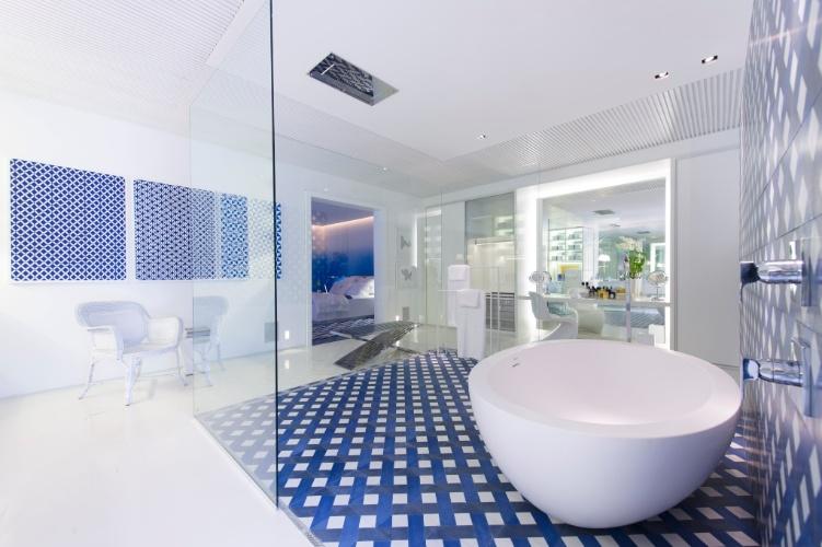 """No amplo banheiro da Casa de Praia, Roberto Migotto centralizou a área de banho, delimitando-a através do piso e parede de revestimento em forma geométrica, dentro de uma """"caixa de vidro"""". A 27ª Casa Cor SP segue até dia 21 de julho de 2013, no Jockey Club de São Paulo"""