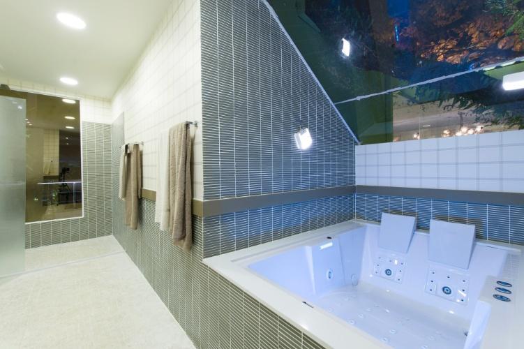 No banheiro do Chalé do Velejador, assinado pela arquiteta Selma Tammaro, as pastilhas revestem a superfície externa da banheira, paredes e piso. A 27ª Casa Cor SP segue até dia 21 de julho de 2013, no Jockey Club de São Paulo