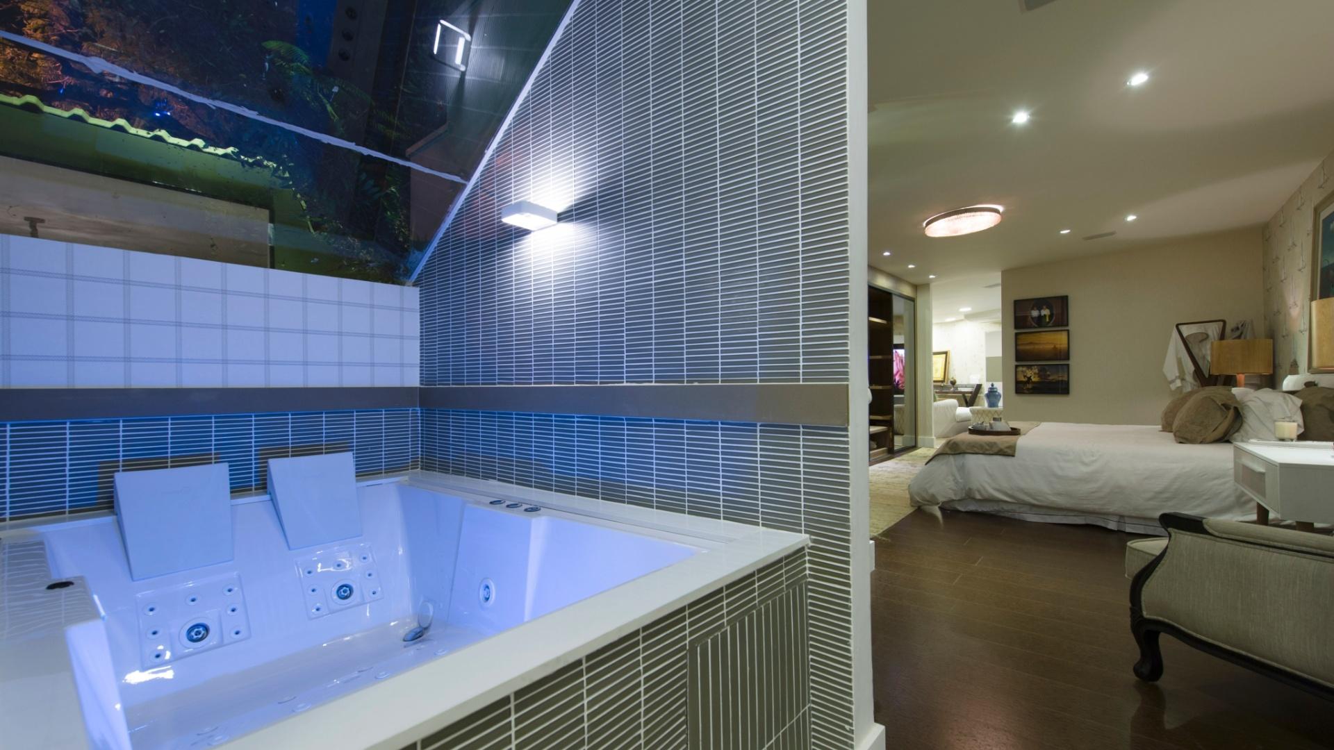 pela arquiteta Selma Tammaro o banheiro é integrado ao quarto  #2449A7 1920 1080