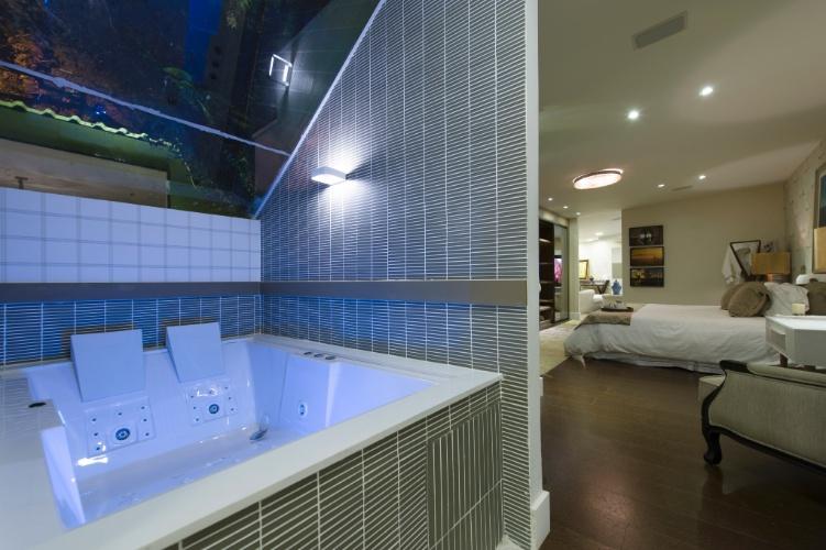 No Chalé do Velejador, assinado pela arquiteta Selma Tammaro, o banheiro é integrado ao quarto. Destaque para as pastilhas que revestem a superfície externa da banheira e as paredes. A 27ª Casa Cor SP segue até dia 21 de julho de 2013, no Jockey Club de São Paulo