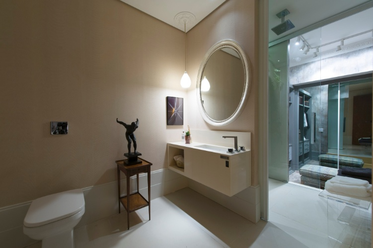 """No Loft Urbano, proposta do escritório In House Designers de Interiores, o banheiro tem decoração """"clean"""", com cores neutras. A 27ª Casa Cor SP segue até dia 21 de julho de 2013, no Jockey Club de São Paulo"""