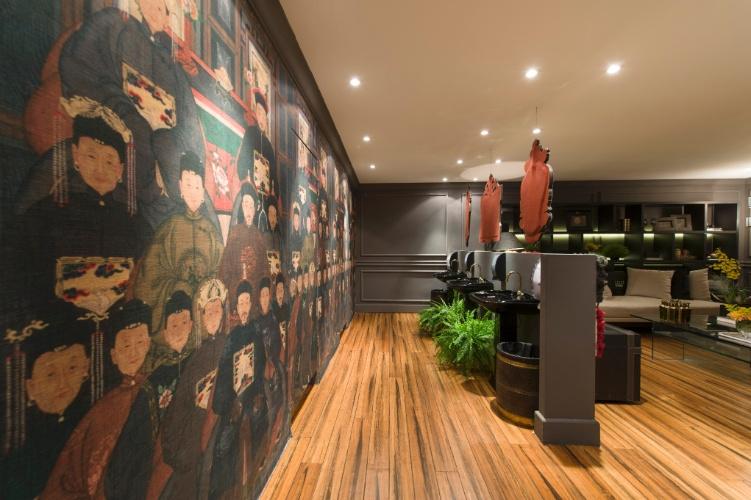 No Lounge com Banheiro Unissex, das arquitetas Mariana Noronha e Samra Akad, o tecido com temática oriental reveste as portas e parede da área íntima dos banheiros. A 27ª Casa Cor SP segue até dia 21 de julho de 2013, no Jockey Club de São Paulo