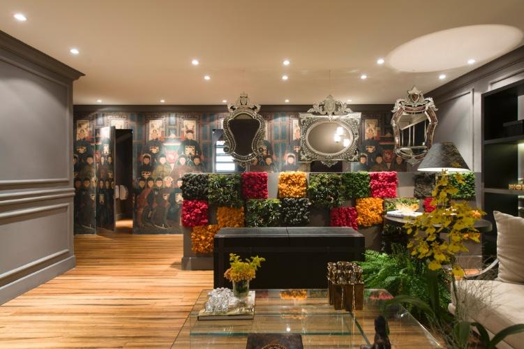 No projeto do Lounge com Banheiro Unissex, das arquitetas Mariana Noronha e Samra Akad, boiseries e espelhos se alternam com o painel de flores e musgos coloridos e com o tecido de temática oriental que reveste a parede (ao fundo). A 27ª Casa Cor SP segue até dia 21 de julho de 2013, no Jockey Club de São Paulo