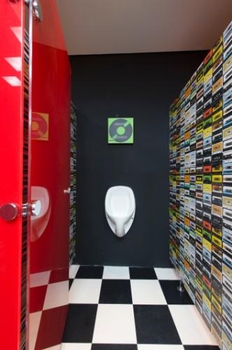Para compor o Banheiro Masculino Anos 80, de 16 m², a arquiteta Alessandra Akie se inspirou no cenário musical da década, adicionando à decoração, por exemplo, fitas cassetes estampadas na parede. A 27ª Casa Cor SP segue até dia 21 de julho de 2013, no Jockey Club de São Paulo