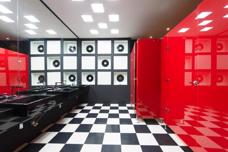 Para compor o Banheiro Masculino Anos 80, de 16 m², a arquiteta Alessandra Akie se inspirou no cenário musical da década, adicionando à decoração, por exemplo, os discos de vinil. A 27ª Casa Cor SP segue até dia 21 de julho de 2013, no Jockey Club de São Paulo