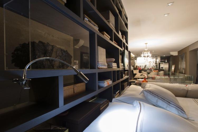 Projetado para uma pessoa solteira pelo arquiteto Francisco Calio, o Studio 02 tem suíte, cozinha gourmet, living e área de lazer, todos integrados. Em destaque, o quarto com mobiliário desenhado pelo profissional. A 27ª Casa Cor SP segue até dia 21 de julho de 2013, no Jockey Club de São Paulo