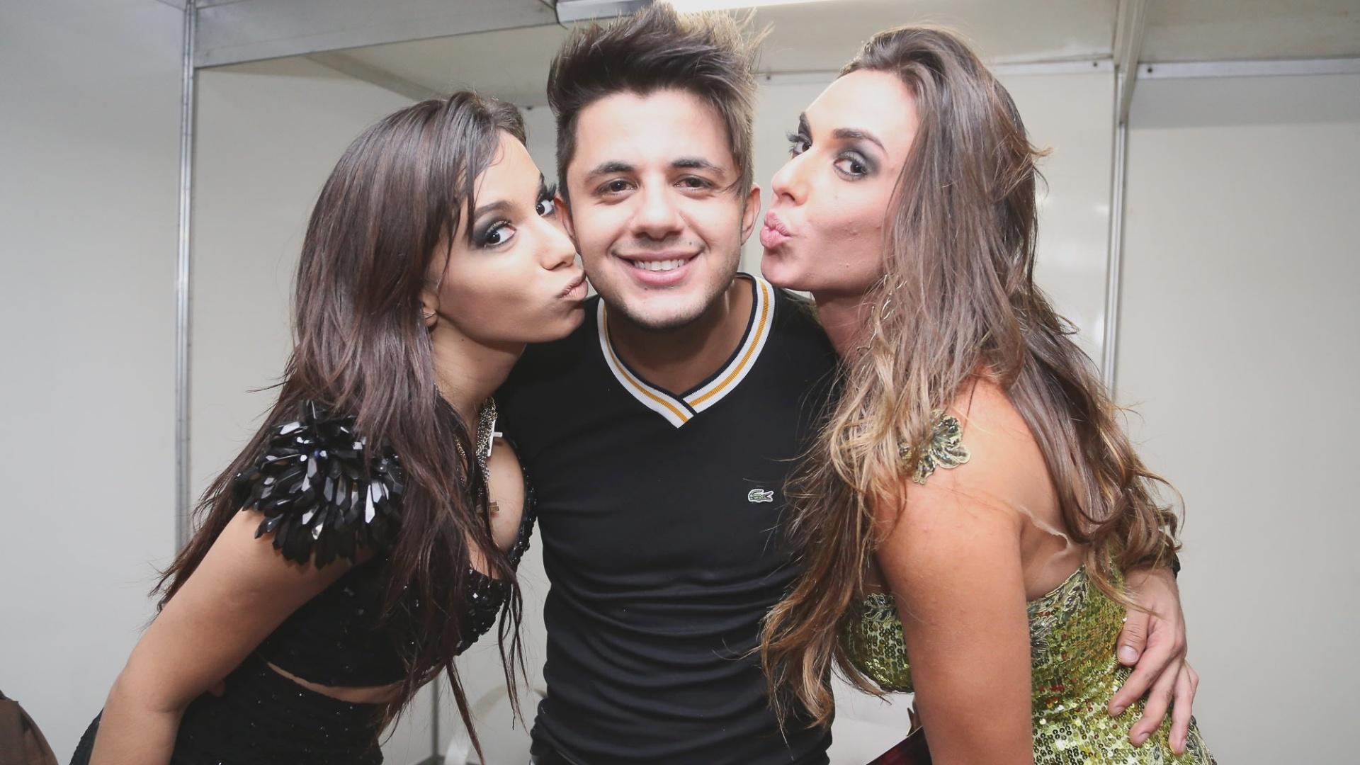 08.fev.2013 - A cantora Anitta, o cantor Cristiano Araújo e a ex-panicat Nicole Bahls se encontram no camarim do show que Anitta apresentou em Brasília