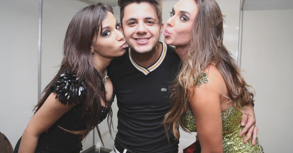 08.jun.2013 - Anitta recebe em seu camarim do show em Brasília o cantor Cristiano Araújo e a ex-panicat Nicole Bahls
