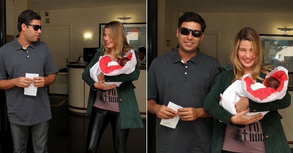 08.jun.2013 - Debby Lagranha deixa a maternidade com a primeira filha, Maria Eduarda, e o marido Leandro Franco