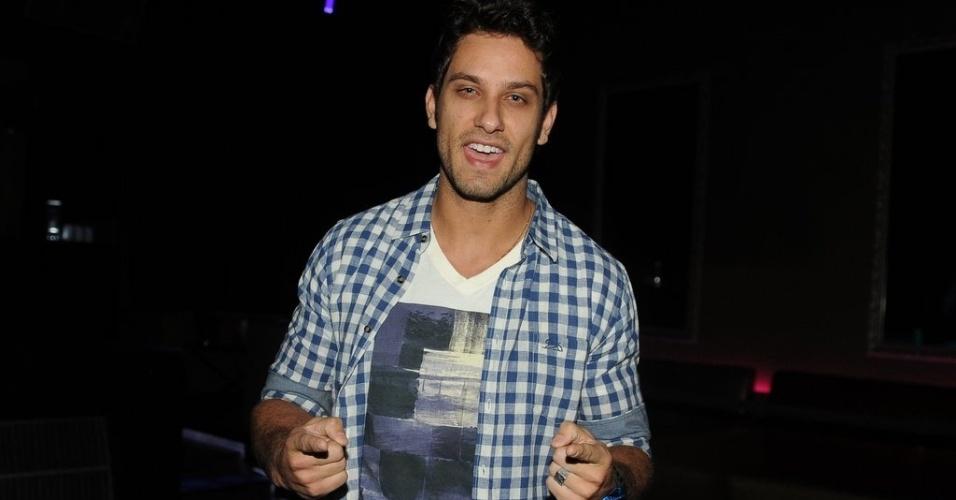 7.jun.2013 - O ex-BBB Eliéser atuou como DJ na festa de lançamento da revista Sexy com ensaio de Anamara em casa noturna de São Paulo