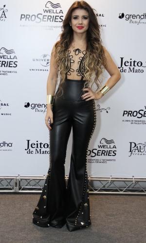09.jun.2013 - Cantora Paula Fernandes antes do início do show de gravação de seu segundo DVD
