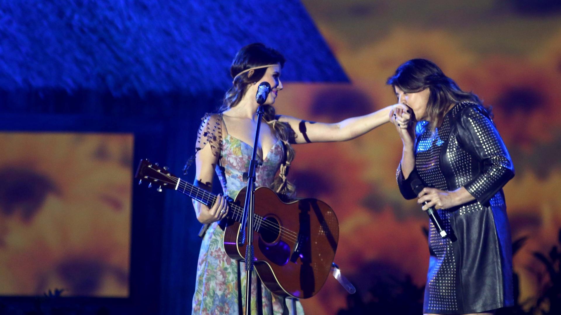09.jun.2013 - Cantora Paula Fernandes divide o palco com Roberte Miranda na música